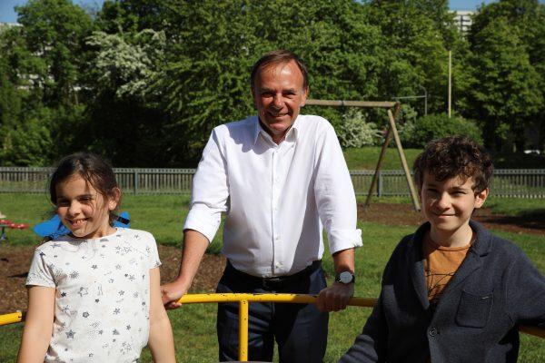 Gerald Bischof mit 2 Kindern am Spielplatz