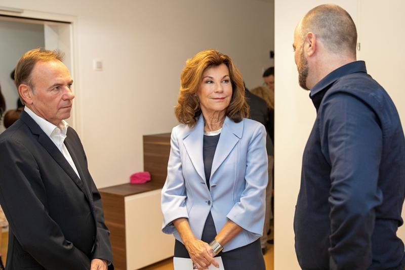 Bezirksvorsteher Gerald Bischof mit Bundeskanzlerin Bierlein und einem leitenden Mitarbeiter der SOS Kinderdörfer