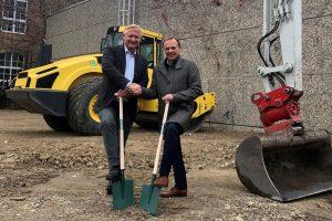 Gerald Bischof und Geschäftsführer Klaus Schiebel mit je einem Spaten in der Hand