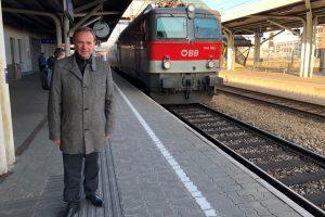 Gerald Bischof am Bahnsteig bei einfahrendem Zug