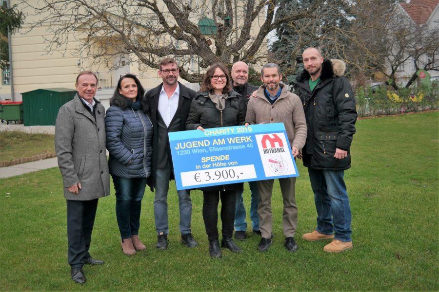 Personengruppe hält Scheck über 3.900 Euro in Händen
