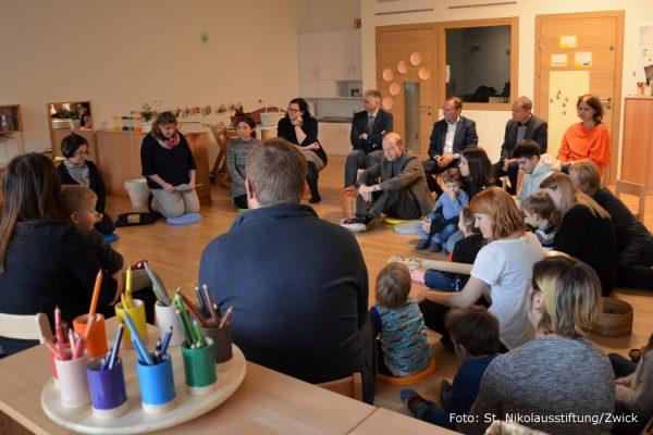 Gerald Bischof bei der Eröffnungsfeier in einer Kindergartengruppe