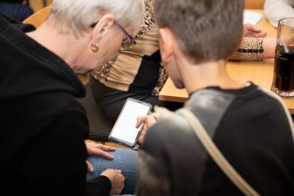 Junger Liesinger hilft Pensionisten mit dem Smartphone