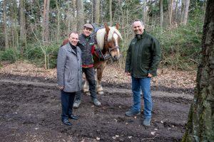 Bezirksvorsteher Gerald Bischof, Holzrücker Hannes, Pferd Nero und Forstdirektor Andreas Januskovecz