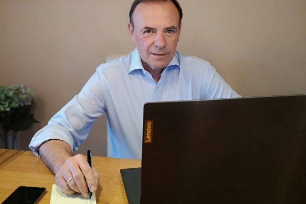 Bezirksvorsteher Gerald Bischof vor einem Laptop bei der Homeoffice