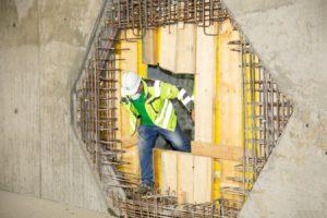 erster Arbeiter steigt durch den neuen Tunnel ins Speicherbecken