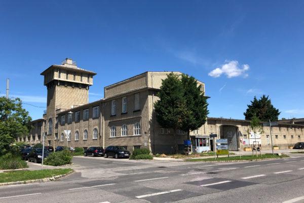F23 Sargfabrik von der gegenüberliegenden Straßenseite der Breitennfurterstraße aufgenommen