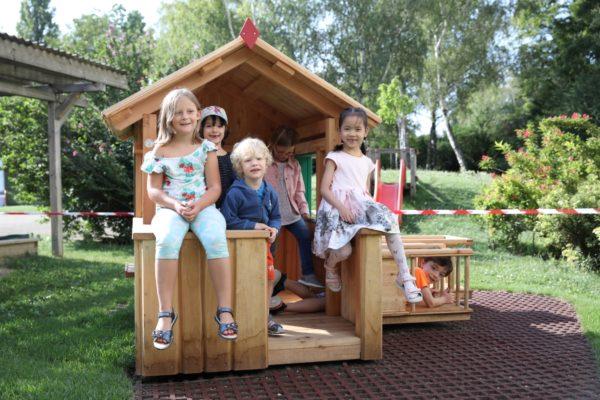 Kinder auf einem Kinderspielgerät