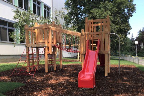Kinderspielgerät vor einer Wiener Schule