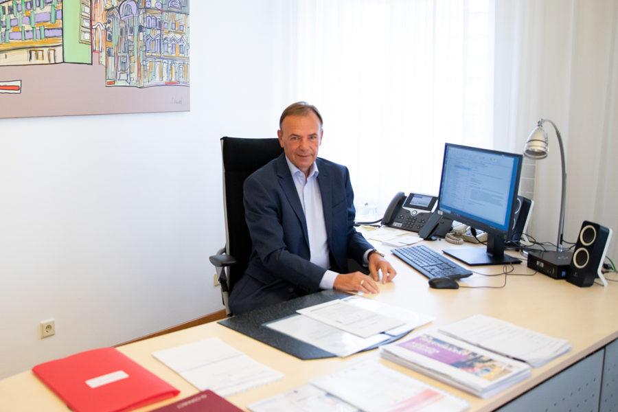 Gerald Bischof am Wahlsonntag an seinem Schreibtisch