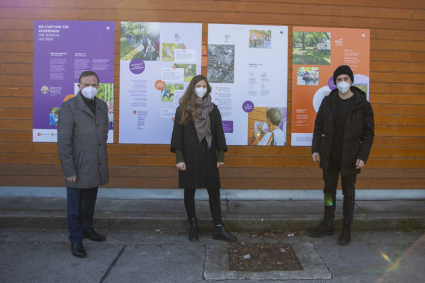 3 Personen vor der Outdoor Ausstellung der Ideen