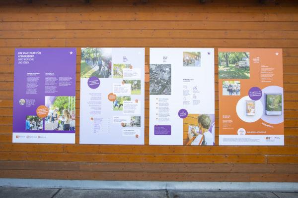4 Tafeln der Outdoor Ausstellung auf einer Holzwand