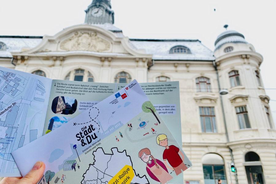 Rätselheft und im Hintergrund ein Teil des Liesinger Rathaus