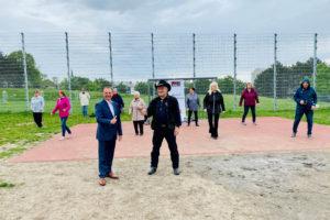 Bezirksvorsteher Gerald Bischof mit Günter Haas vor der Linedancer Gruppe im Park