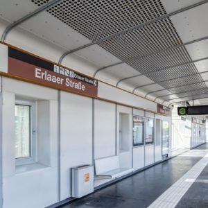 U6 Station Erlaaer Straße am Bahnsteig