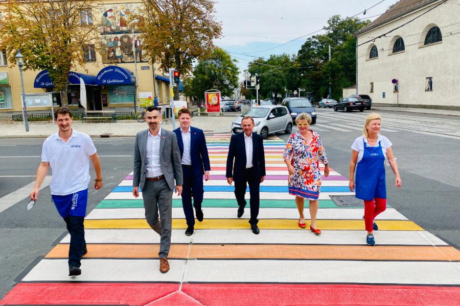 6 Personen gehen über den neuen bunten FußgängerInnen Übergang