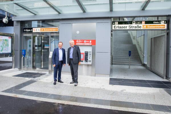 Bezirksvorsteher Gerald Bischof und Geschäftsführer der Wiener Linien Günter Steinbach vor dem neuen Zugang zur U6 Station Erlaaer Straße