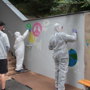 Liesinger Jugend lässt mittels Spraydosen ein Graffitikunstwerk entstehen