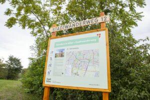 Holztafel mit Plan und Highlights des Standwanderweg 12